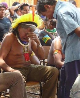Chefe Raoni chora ao receber a notícia