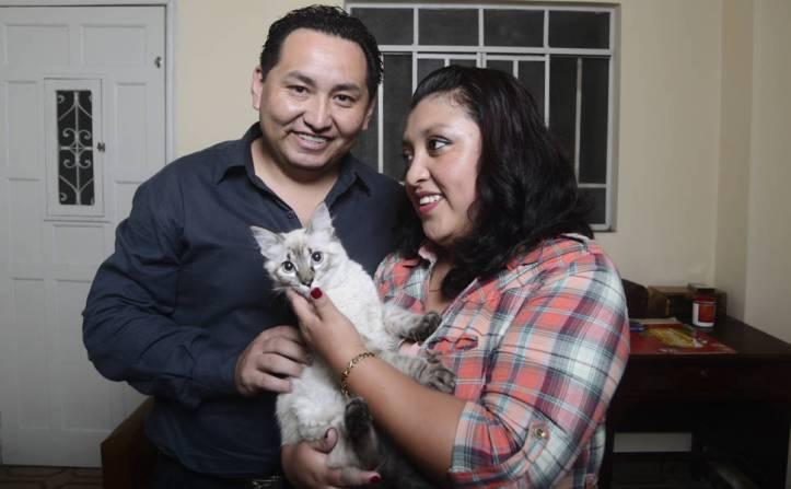 Cristhian Gutierrez, 36, e a mulher Ana Karen Chavez, 23, com o gato Nick na casa em que vivem na Mooca, zona leste